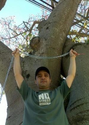 Um empresário de Curitiba se mantém acorrentado a uma árvore desde as 7h desta segunda-feira (5/3/12)