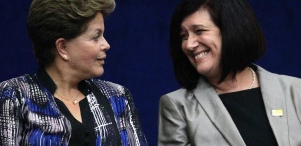 Presidente Dilma Rousseff participou da cerimônia de posse da nova diretora geral da ANP (Agência Nacional do Petróleo), Magda Chambriard (dir.), na Escola de Guerra da Marinha, na zona sul do Rio de Janeiro, nesta quarta-feira (21).