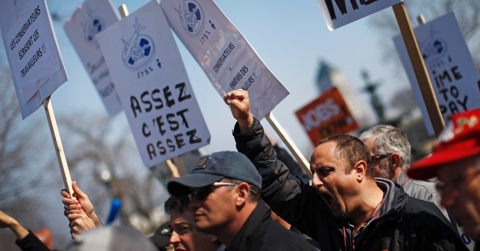 Trabalhadores de companhia canadense de aviação protestam em frente à Assembleia Nacional na Cidade do Québec, em Québec, no Canadá