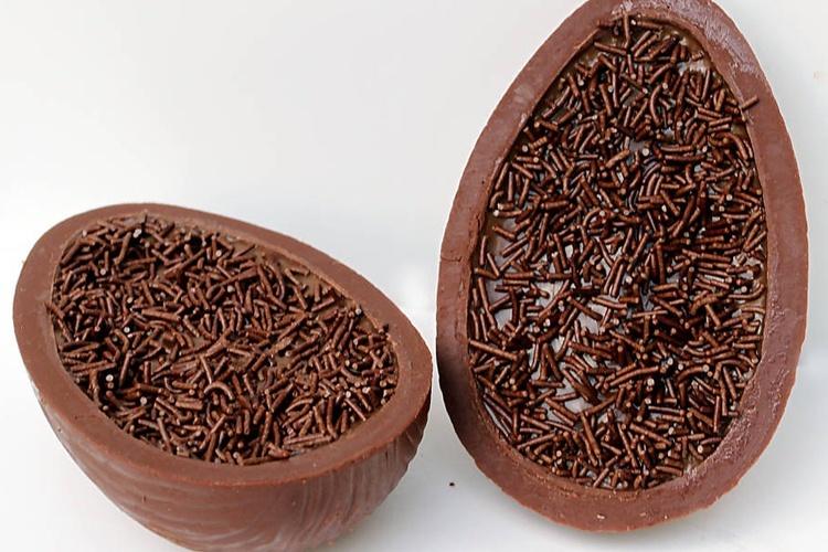 Ovo tradicional, com casca de chocolate ao leite e recheio de brigadeiro de colher, da Brigadeiro Doceria e Café (R$ 66)