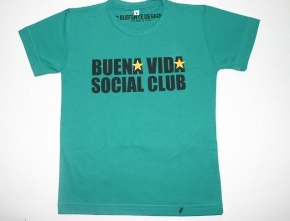 """Camiseta """"Buena Vida Social Club"""" 100% algodão. Disponível nos tamanhos de dois aos oito anos. Preço: R$ 35, na El Cabriton (www. elcabriton.com.br). Preço consultado em março de 2012"""