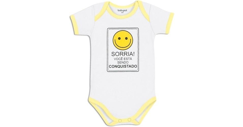"""Da Babysol (www.marisol.com.br), body """"Sorria, Você Está Sendo Conquistado"""". É unissex, feito em suedine, 100% algodão e disponível nos tamanhos P, M, G e GG. Preço: R$ 19,90. Preço consultado em março de 2012"""
