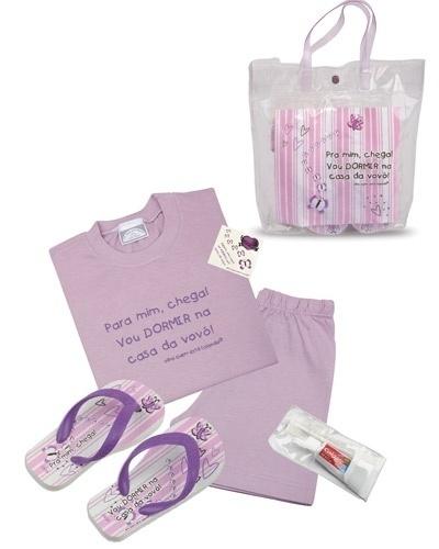 """Kit """"Para mim, Chega! Vou Dormir na Casa da Vovó!"""". Contém um pijama, um chinelinho, estojo com escova e pasta de dentes e uma sacolinha para dormir na casa da vovó. O pijama é 100% algodão, disponível nos tamanhos 2, 4, 6 e 8. Preço: R$ 86, na loja Olha Quem Está Falando (www.olhaquemestafalando.com.br). Preço consultado em março de 2012"""