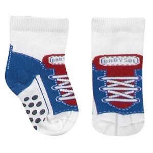 Par de meias antiderrapante masculino que simula um tênis. Disponível nos tamanhos RN, BB, PP e P. Preço: R$ 19,90, na Babysol (www.marisol.com.br). Preço consultado em março de 2012