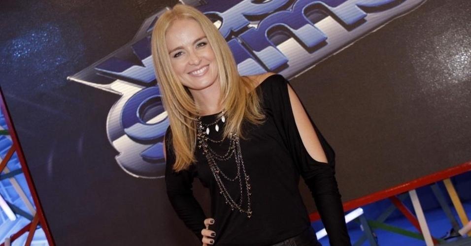 """A apresentadora Angélica posa no cenário do """"Video Game"""" (7/4/11)."""