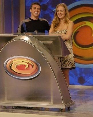 """A loira faz uma aparição surpresa no programa """"Caldeirão do Huck"""" para celebrar o aniversário do maridão (1/9/08)."""