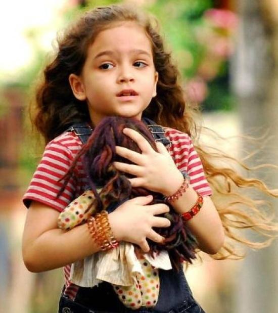 "A pequena Mel Maia em cena de ""Avenida Brasil"". Ela estrelou no papel de Rita, que na segunda fase da novela está sendo interpretada pela atriz Débora Falabella"