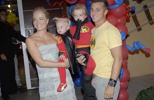 Angélica carrega Benício, enquanto Huck segura Joaquim, no aniversário de quatro anos do filho mais velho do casal (7/3/09).