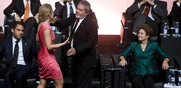 """Angélica é cumprimentada pelo presidente Lula no prêmio """"Os Melhores Brasileiros do Ano"""", em São Paulo. Do lado direito, a presidente eleita Dilma Rousseff (15/12/10)."""
