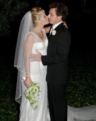 Angélica e Luciano Huck se casam no Rio de Janeiro. O vestido de noiva já mostrava a barriguinha da apresentadora, grávida do primeiro filho do casal (out.2004).