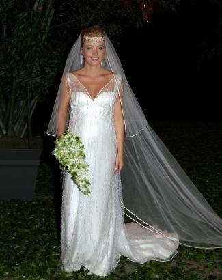 Angélica não abriu mão do branco ao se casar com Luciano Huck. Os cabelos estavam presos e adornados com uma coroa (out.2004).