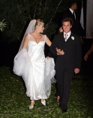 Angélica não dispensou o longo véu no casamento com Luciano Huck. Grávida, a apresentadora apostou em sapatos de salto baixo (out.2004).