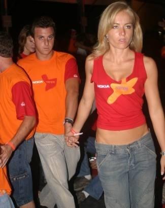 Casados há quase um ano e meio, Luciano Huck e Angélica curtem show no Rio de Janeiro (mar.2006).