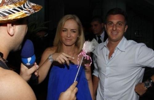 Christian Pior brinca com a aniversariante Angélica, ao lado do marido, Luciano Huck, na entrada da festa de 35 anos da apresentadora (30/11/08).