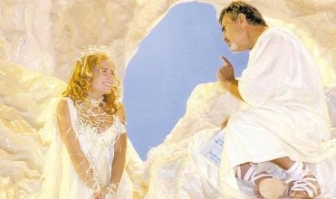 Com cachinhos dourados, Angélica participa da novela 'Um Anjo Caiu do Céu', da Globo, ao lado de Tarcísio Meira. A apresentadora interpretava Angelina, um anjo (abr.2001).