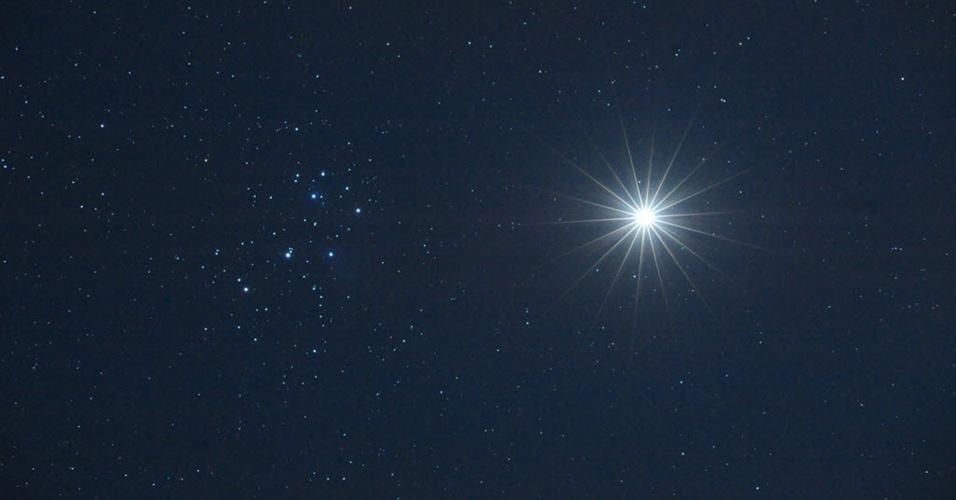 Fotografia tirada pelo professor de Astronomia Jimmy Westlake mostra Vênus se aproximando do algomerado de estrelas Plêiades, na constelação de Touro. De acordo com a Nasa (agência espacial americana), essa conjunção é rara.