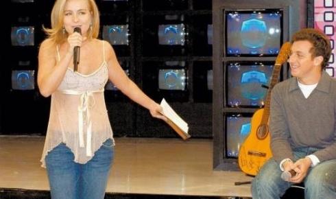 Grávida do primeiro filho, Angélica participa da gravação do programa do namorado, Luciano Huck (set.2004).