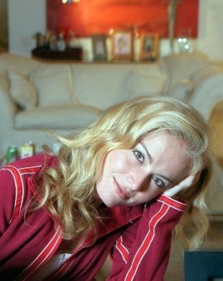 Já com os cabelos mais 'domados', Angélica posa em sua casa, no Rio de Janeiro (ago.2001).