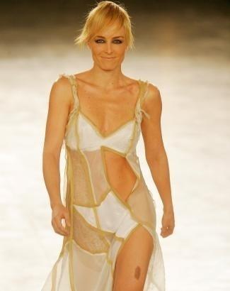 Mostrando ótima forma, mesmo após o nascimento do primeiro filho, Angélica desfila no 'São Paulo Fashion Week, Primavera/Verão - 2007', para o estilista Carlos Tufvesson (jul.2006).