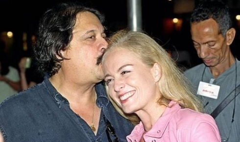 O diretor Roberto Talma beija a apresentadora durante lançamento de 'Bambuluá com Angélica', programa apresentado pela Rede Globo (out.2000).