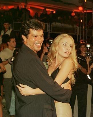 Quando ainda namorava o ator Maurício Mattar, Angélica dança na festa do 'Caldeirão do Huck' (abr.2000). Quem poderia imaginar que ela iria se casar com o apresentador do programa?
