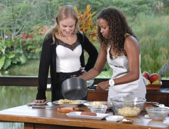 "Roberta Rodrigues cozinha para Angélica no ""Estrelas"" (28/5/11)."