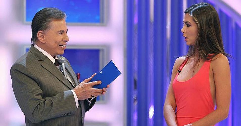 """A modelo Letícia Wiermann, filha do apresentador José Luiz Datena, participa do quadro """"Jogo das 3 Pistas"""" no programa de Silvio Santos, neste domingo (8/4)"""