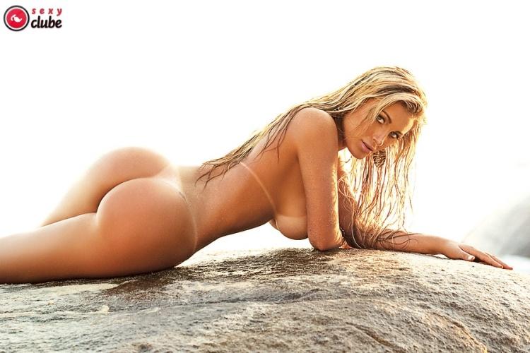A dançarina Andressa Urach, que trabalha na equipe do cantor Latino, é a estrela da edição de abril da revista 'Sexy'.