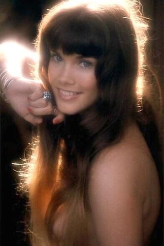 Barbi Benton namorou com Hugh Hefner de 1969 até 1976. Ela abandonou a carreira artística no final da década de 1980, quando se casou com um empresário texano
