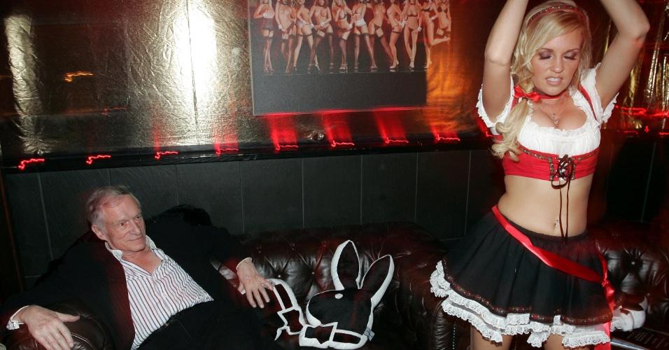Bridget Marquardt faz uma dança sensual no aniversário de 82 anos de Hugh Hefner