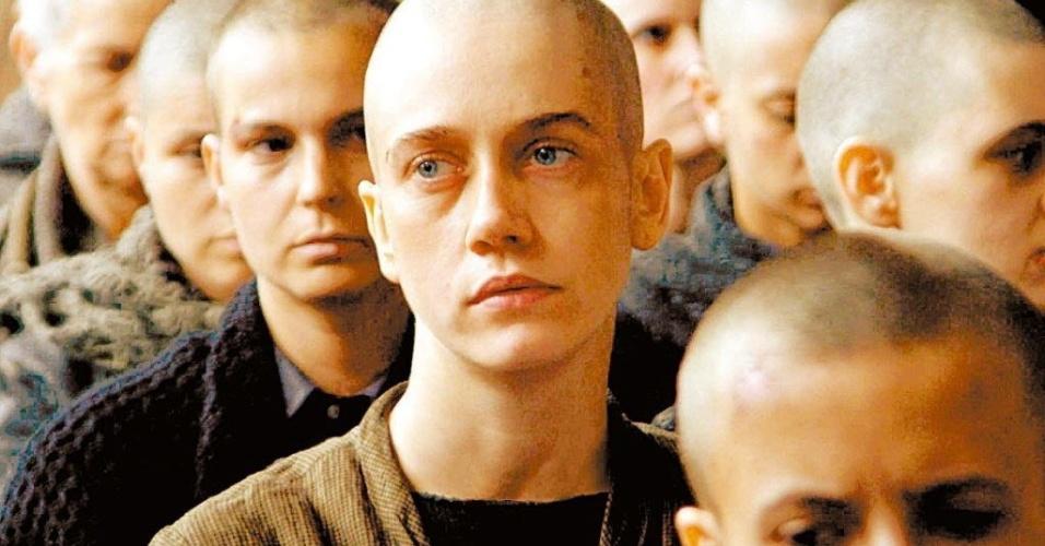 """A atriz Camila Morgado (centro) em cena em um campo de concentração no filme """"Olga"""", de Jayme Monjardim (2004)"""