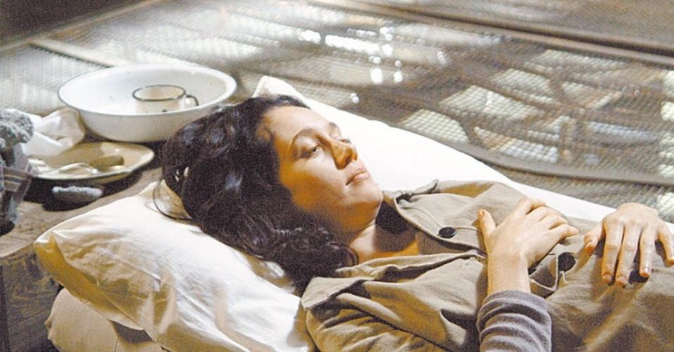 """A atriz Camila Morgado em cena de """"Olga"""", filme de Jayme Monjardim (2004)"""
