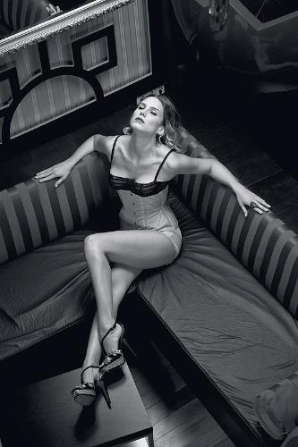 """A atriz Lívia de Bueno, 28 anos, participou de um ensaio sensual inspirado nas divas dos anos 1950 para a revista """"Alfa"""" de abril. Em entrevista à publicação, a gata revelou que gosta de se mostrar sensual para as câmeras. """"Quem nunca quis ser uma mulher como Gilda?. A linha entre o sexy de bom e mau gosto é muito tênue"""", afirma ela, que diz escolher com cuidado cada um dos seus trabalhos."""