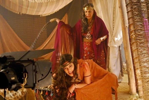 """A atriz Marly Bueno (Ainoã) chicoteia Raquel Nunes (Rispa) em cena da minissérie """"Rei Davi"""", exibida pela Record em 2012"""