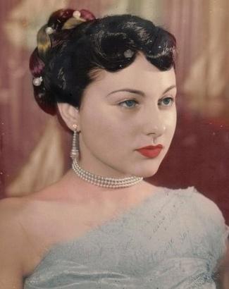 A atriz Marly Bueno (foto) foi uma das primeiras mulheres a aparecer na televisão brasileira, ao lado da irmã Miriam Simone