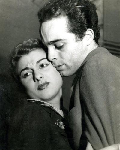 A atriz Marly Bueno posa para foto com Rubens de Falco em imagem de 1954