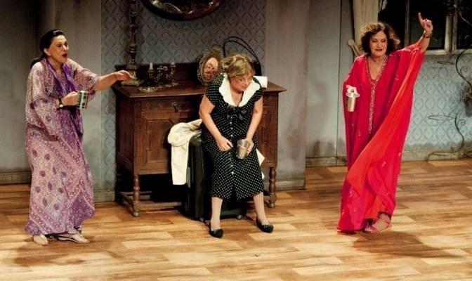 """Da esquerda para a direita, Marly Bueno, Camila Amado e Rosamaria Murtinho na peça """"O Pacto das 3 Meninas"""" (maio de 2011)"""