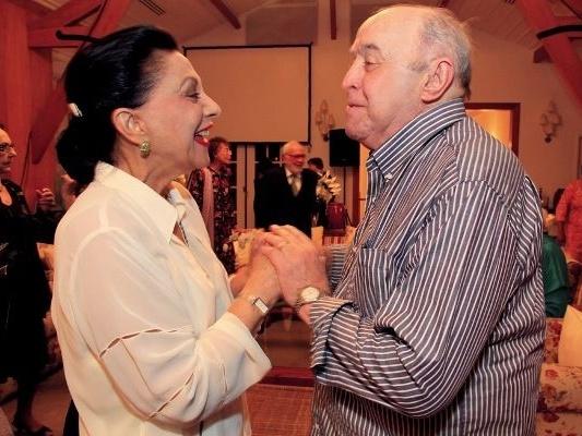 Marly Bueno cumprimenta Mauro Mendonça na festa do ator em maio de 2011