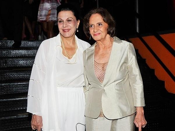 """Marly Bueno (esquerda) posa com a atriz Laura Cardoso no """"Prêmio Extra de TV"""", no Rio, em dezembro de 2009"""