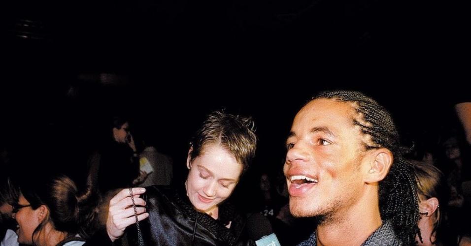 Os atores Camila Morgado e Jonathan Haagensen são fotografados durante o São Paulo Fashion Week de 2004