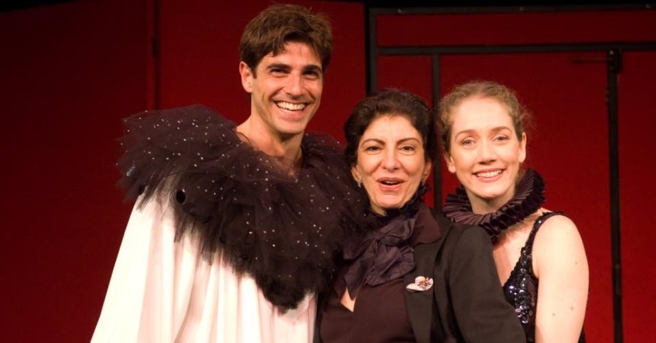 """Reynaldo Gianecchini e Camila Morgado durante encenação da peça """"Doce Deleite"""", dirigida por Marilia Pêra (ao centro) em setembro de 2008"""