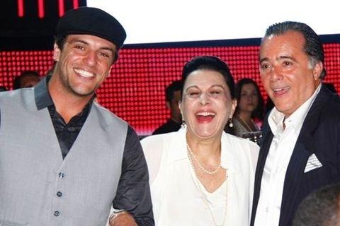 """Rodrigo Lombardi, Marly Bueno e Tony Ramos posam para foto durante o """"Prêmio Extra de TV"""", no Rio, em dezembro de 2009"""