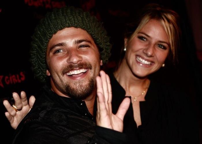 1º.mar.2010 - Ainda noivos, há apenas 12 dias do casamento, Bruno Gagliasso e Giovanna Ewbank assistem desfile de moda em São Paulo