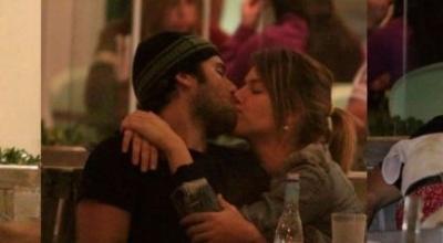 Em junho, Bruno Gagliasso assume de vez o namoro com Giovanna Ewbank e é flagrado aos beijos e carinhos com a atriz na Barra da Tijuca, no Rio (26/6/09). O namoro do ator com Heleninha Bordon tinha terminado no início do mês, por telefone