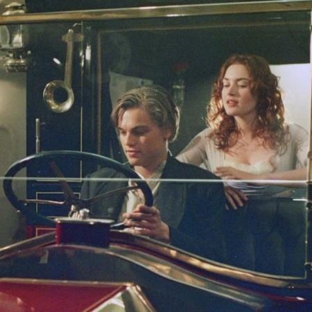 O casal Rose e Jack no carro em que aconteceu a cena entre os dois personagens - Divulgação