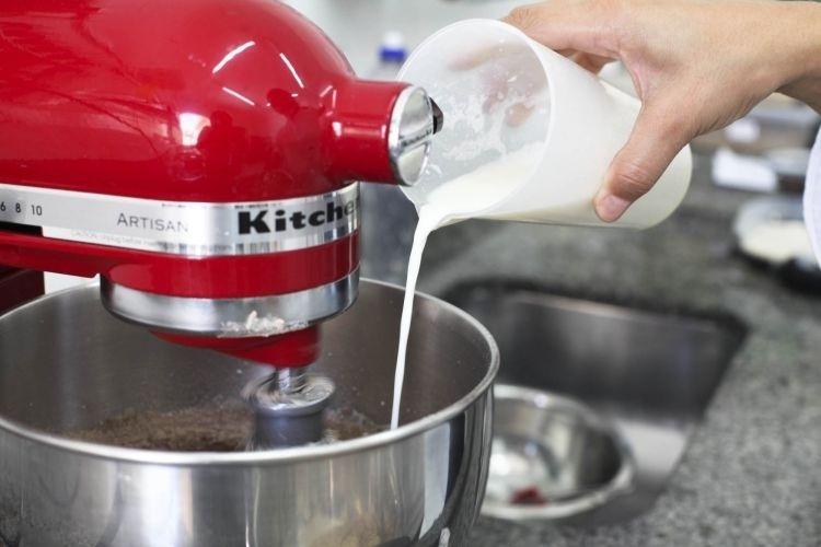 alternando com o leite fervente e o óleo. Faça o processo até que os ingredientes terminem e que você obtenha uma mistura homogênea