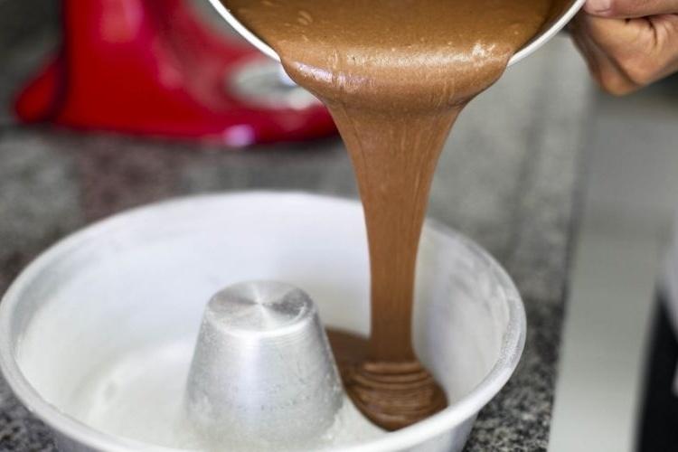 Coloque a massa em uma forma de buraco untada e enfarinhada e asse em forno pré-aquecido a 180 graus por 40 minutos