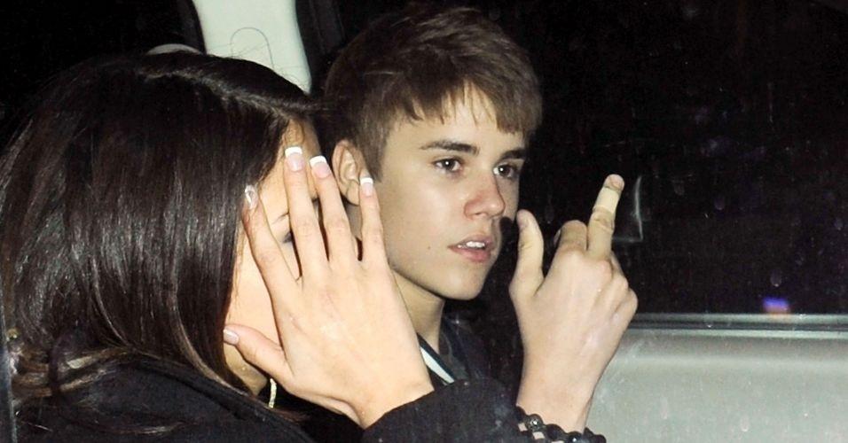 Justin Bieber se irrita ao sair de sua festa de aniversário de 17 anos em um restaurante de Los Angeles, e ao lado de Selena Gomez, o cantor mostrou o dedo médio para os fotógrafos (1/3/11). Dois dias depois, o ídolo adolescente pediu desculpas pela atitude.