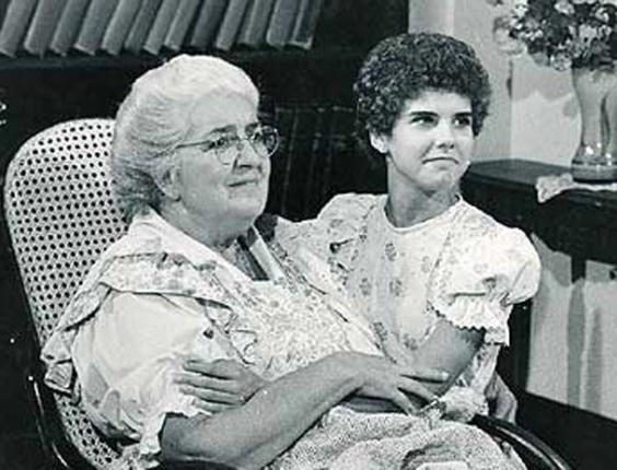 1977 - A atriz Zilka Sallaberry fez o papel da Dona Benta e Rosana Garcia, o de Narizinho na primeira adaptação do Sítio do Picapau Amarelo para a Rede Globo
