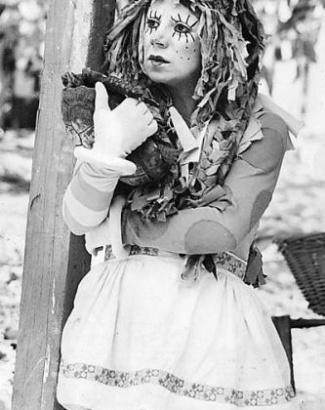 """1977 - Dirce Migliaccio foi a Emília no programa """"Sítio do Picapau Amarelo"""" exibido pela Rede Globo. Em 1978 ela foi substituída pela atriz Reny de Oliveira, que ficou no programa até 1983. Depois, foi a vez da atriz Suzana Abranches dar vida a Emília"""